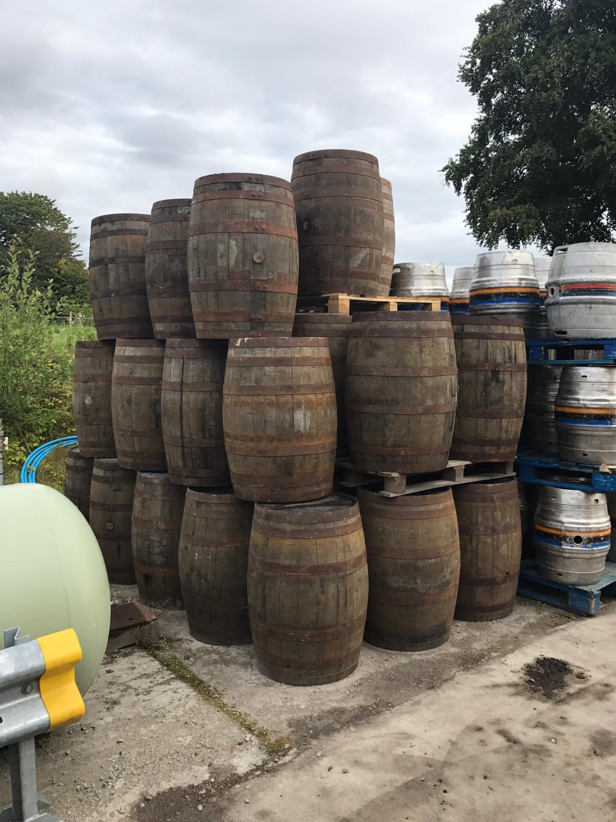 """Des fûts de Malt Whisky de la côte ouest écossaise, prêts pour le vieillissement des stouts impériaux Systems Theory de la série """"Cask-aged"""" de la brasserie Black Isle"""
